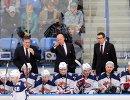 Главный тренер Металлурга Майк Кинэн (в центре на втором плане)