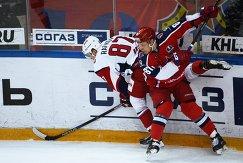 Нападающий ПХК ЦСКА Андрей Светлаков (справа) и защитник ХК Локомотив Рушан Рафиков