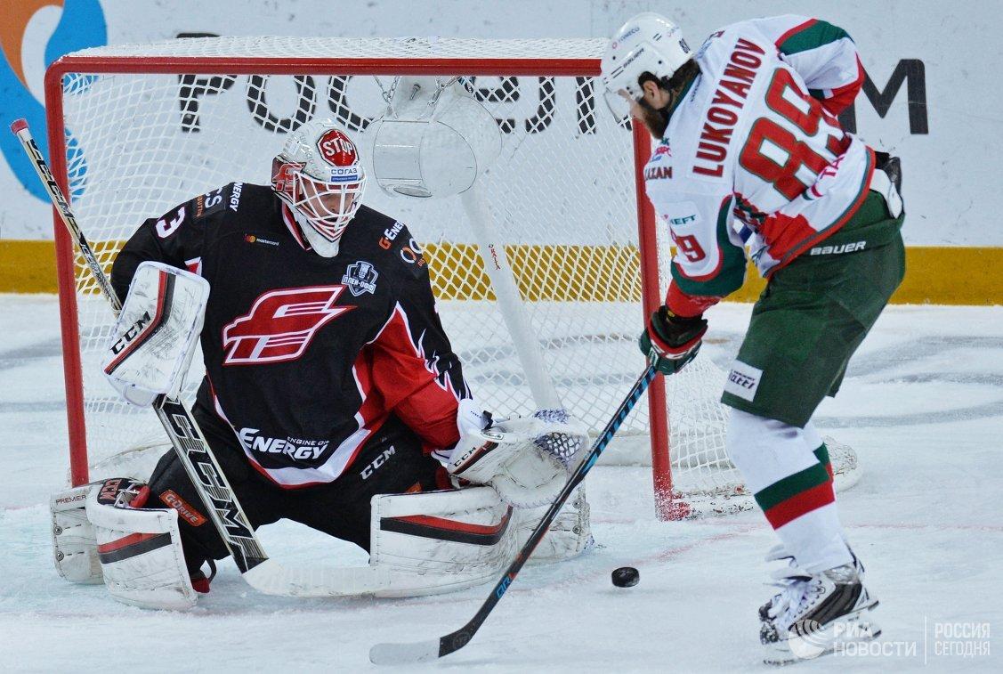 Вратарь ХК Авангард Доминик Фурх (слева) и нападающий ХК Ак Барс Артём Лукоянов