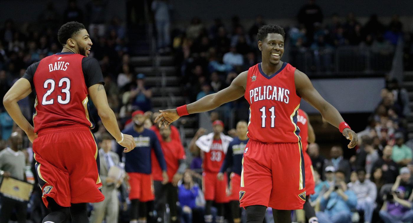 Баскетболисты Нью-Орлеана Энтони Дэвис (слева) и Джру Холидэй
