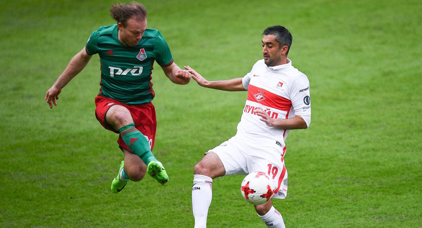 Защитник Локомотива Виталий Денисов (слева) и полузащитник Спартака Александр Самедов
