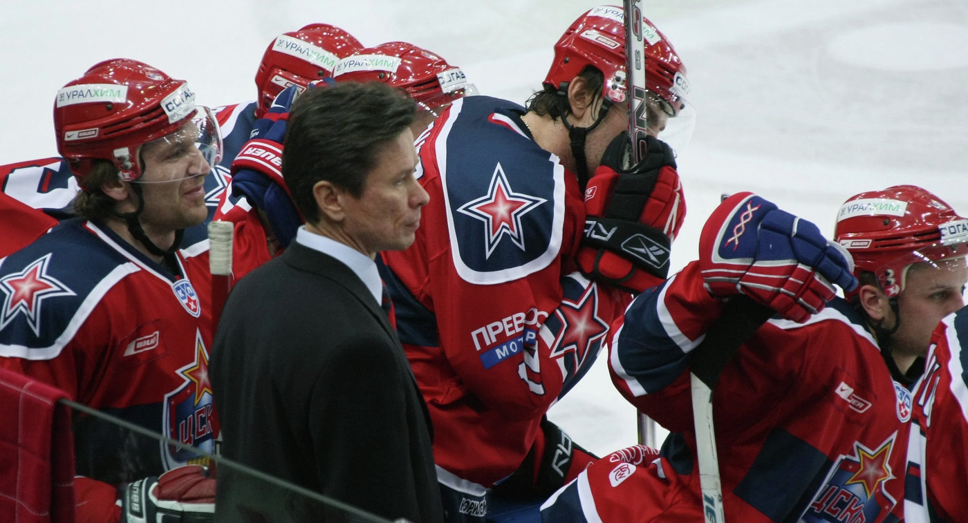 Вячеслав Быков (второй слева) и хоккеисты ЦСКА