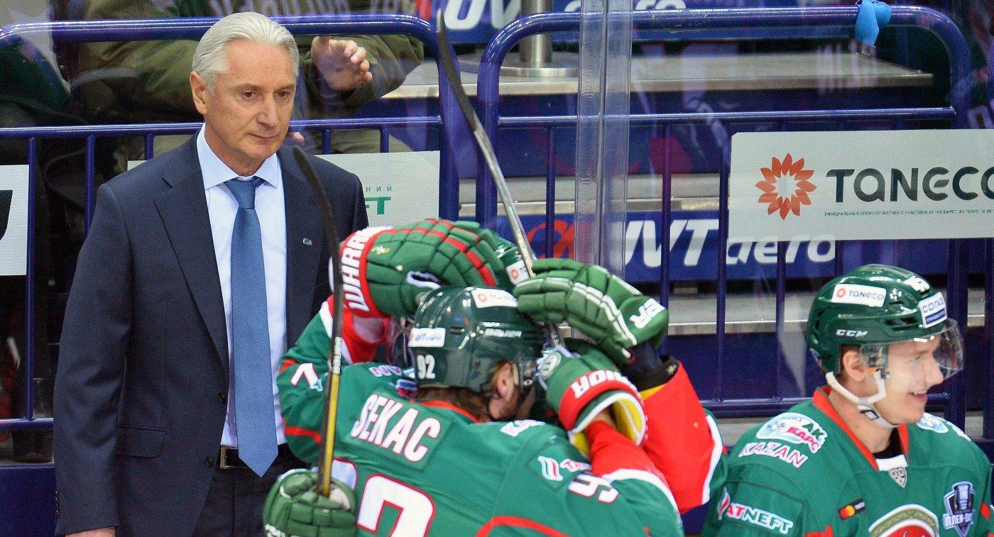 Главный тренер Ак Барса Зинэтула Билялетдинов (слева)