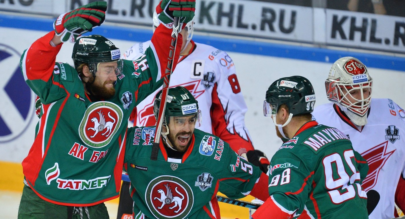 Хоккеисты Ак Барса Иржи Секач, Джастин Азеведу и Фёдор Малыхин (слева направо)