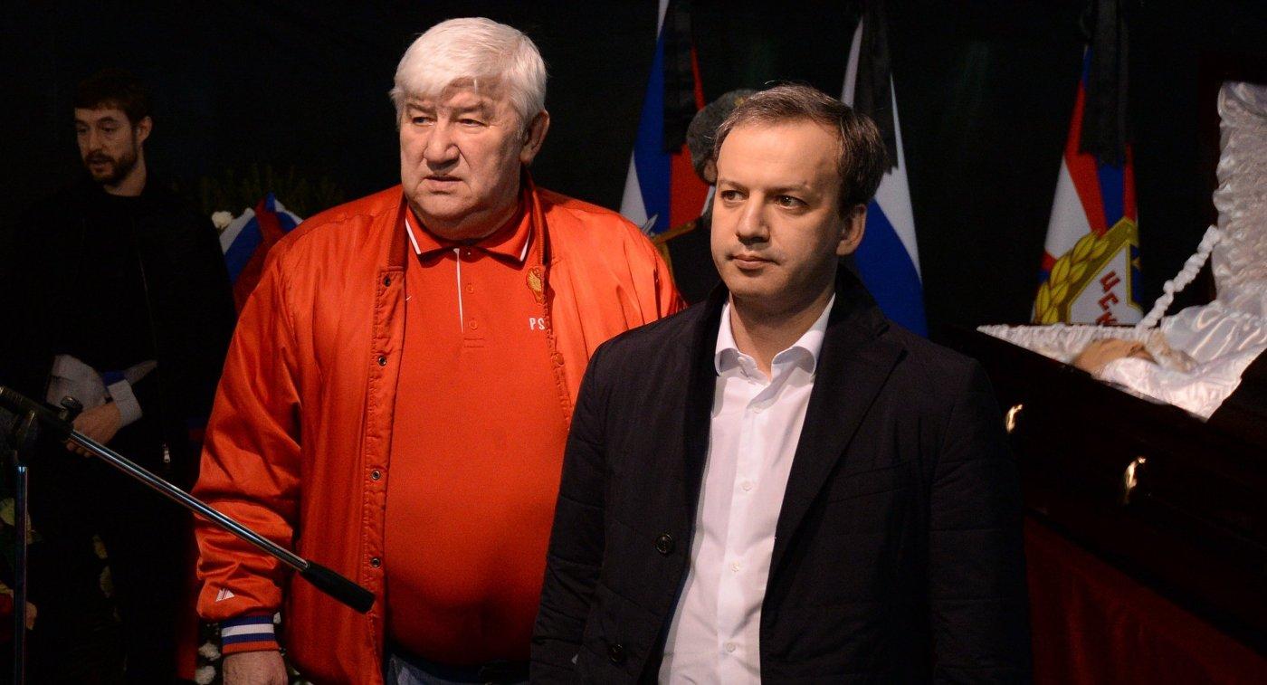 Михаил Овечкин (слева) и Аркадий Дворкович на церемонии прощания с Сергеем Гимаевым
