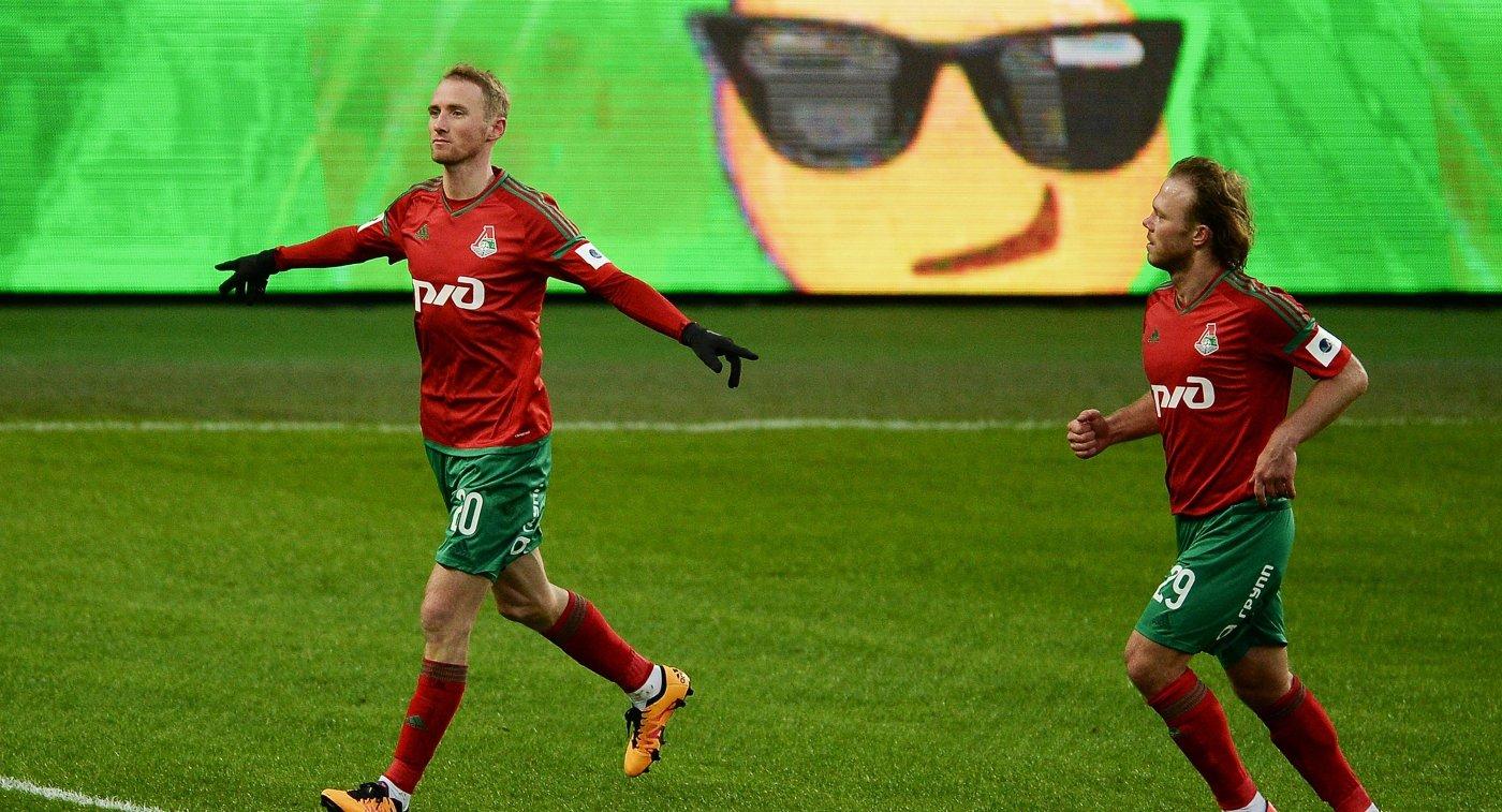 Полузащитник ФК Локомотив Владислав Игнатьев (слева) и защитник ФК Локомотив Виталий Денисов