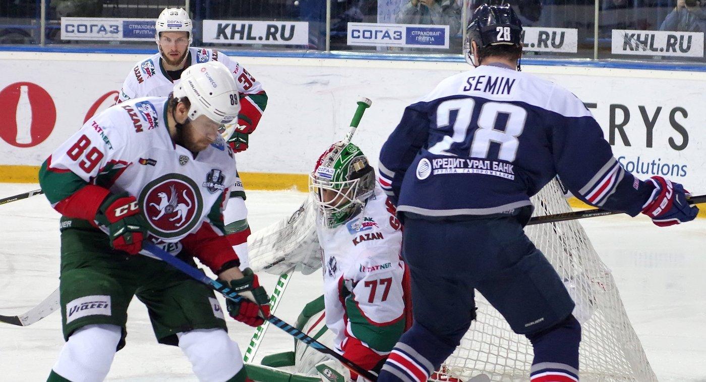 Хоккеисты Ак Барса Артём Лукоянов, Альберт Яруллин и Эмиль Гарипов и нападающий Металлурга Александр Сёмин (слева направо)