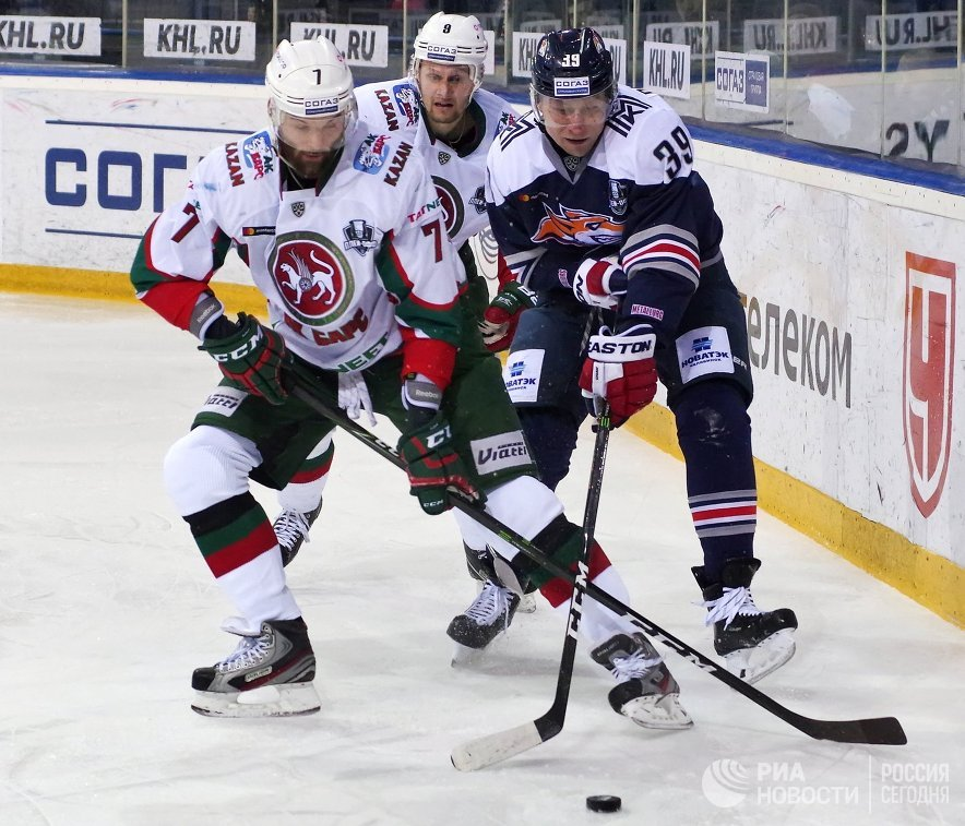 Игроки Ак Барса Степан Захарчук и Андрей Попов и нападающий Металлурга Денис Платонов (слева направо)