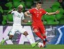 Защитник сборной Кот-д'Ивуара Мамаду Багайоко (слева) и нападающий сборной России Дмитрий Полоз