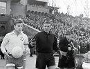 Капитан московской футбольной команды Динамо Эдуард Мудрик (слева) и вратарь Лев Яшин (справа)