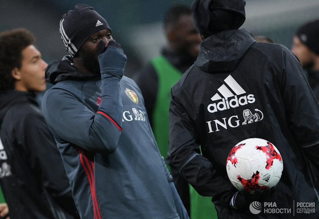 Защитник сборной Бельгии Ромелу Лукаку (слева)
