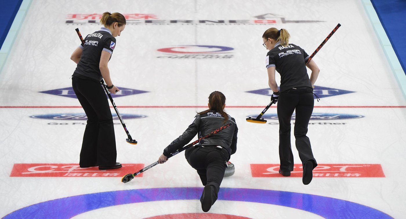 Керлингистки сборной России Алина Ковалева, Анна Сидорова и Александра Раева (слева направо)