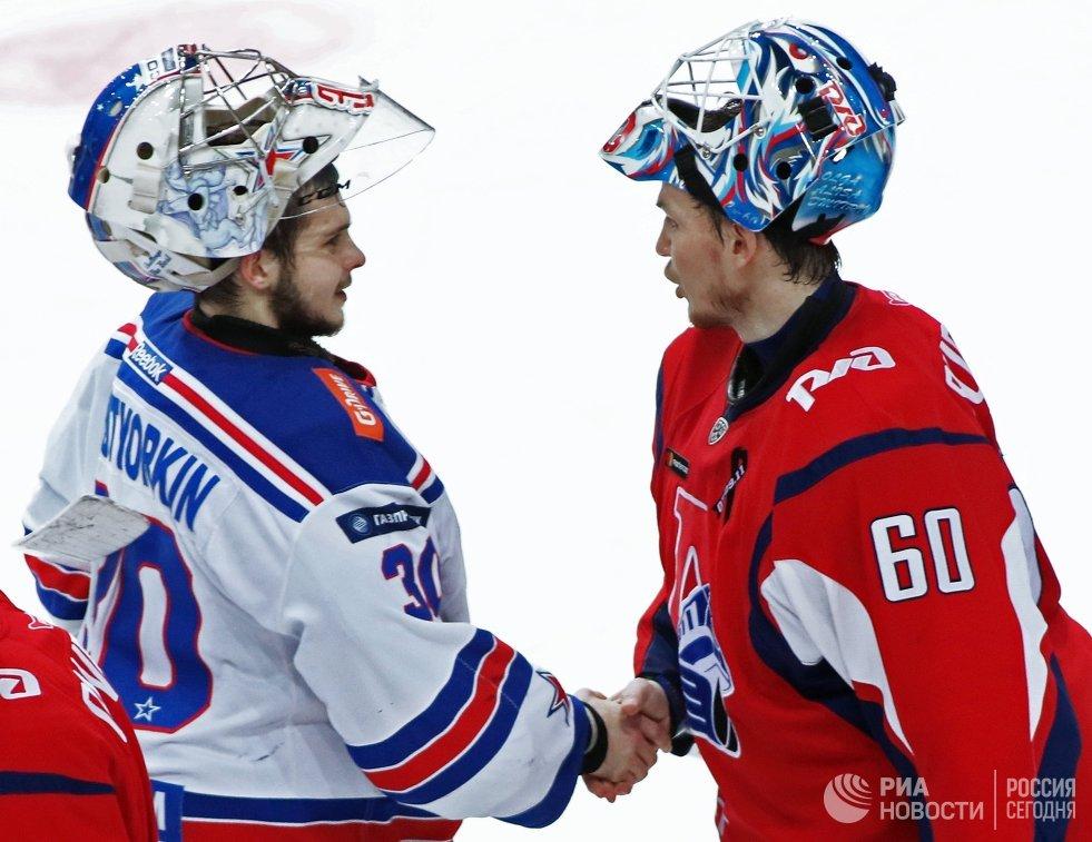 Вратари ХК СКА Игорь Шестёркин (слева) и ХК Локомотив Александр Судницин