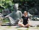 Корреспондент агентства Р-Спорт Мария Воробьева рядом с храмом Лежащего Будды