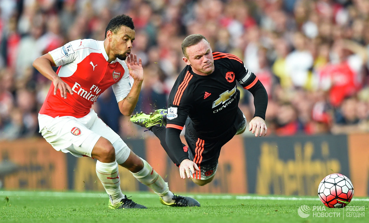Нападающий Арсенала Алексис Санчес и нападающий Манчестер Юнайтед Уэйн Руни (справа)