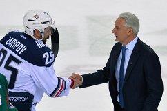Главный тренер Ак Барса Зинэтула Билялетдинов (справа) и нападающий Металлурга Данис Зарипов
