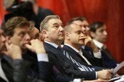 Президент Федерации хоккея России, член комитета Государственной Думы РФ по охране здоровья Владислав Третьяк (в центре)