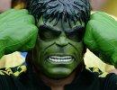 Болельщик сборной Бразилии в маске героя фильма Невероятный Халк.