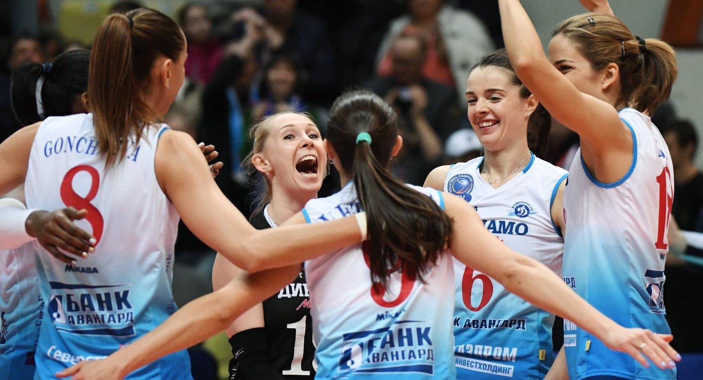 Волейболистки Динамо (Москва) радуются набранному очку