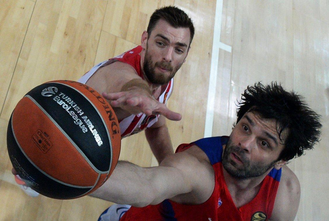 Защитник ПБК ЦСКА Милош Теодосич и защитник Олимпиакоса Вангелис Манцарис (слева)