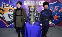 Представители казачества у главного трофея Континентальной хоккейной лиги