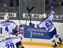 Форвард СКА Евгений Дадонов (справа) радуется заброшенной шайбе