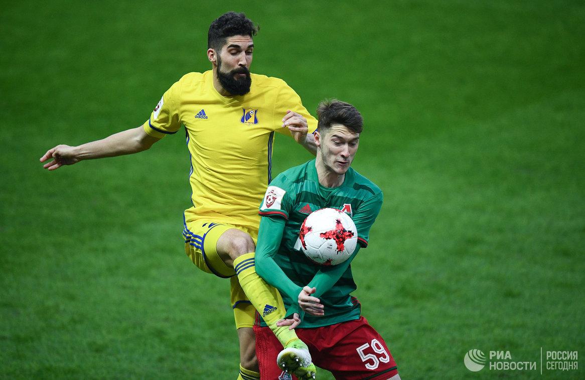 Защитник Ростова Миха Мевля (слева) и полузащитник Локомотива Антон Миранчук
