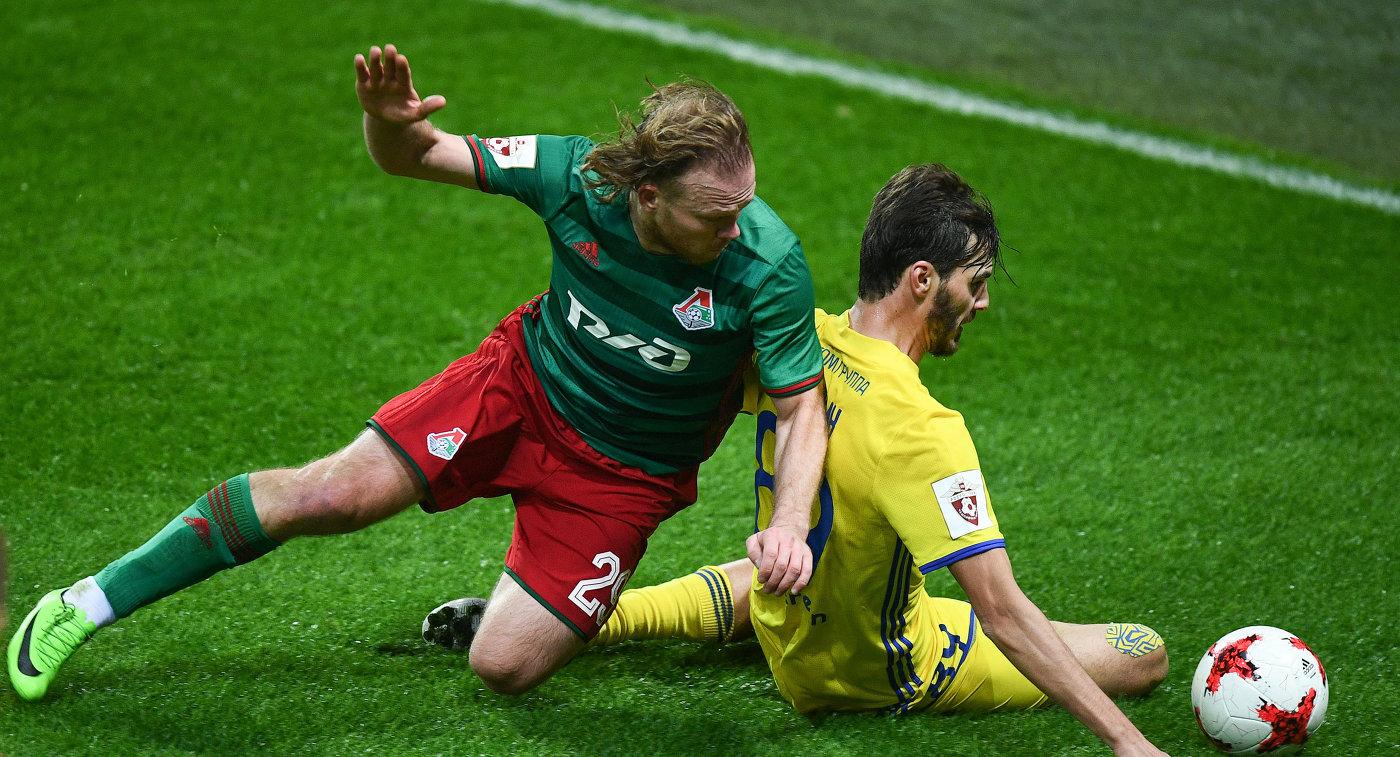 Защитник Локомотива Виталий Денисов (слева) и полузащитник Ростова Александр Ерохин