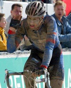Четырехкратный победитель монументальной классической гонки Париж - Рубэ бельгиец Том Бонен на финише гонки в 2002 году