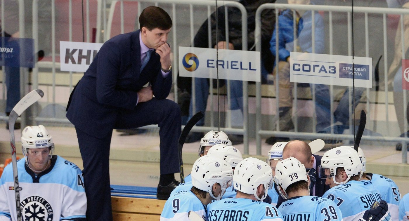 Хоккеисты Сибири и ассистент главного тренера Павел Зубов (второй слева)