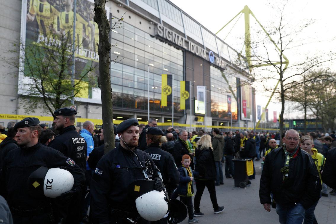 Полиция возле стадиона дортмундской Боруссии Сигнал Идуна Парк