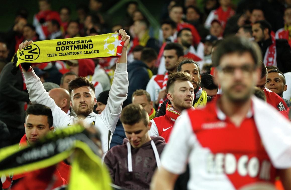 Болельщики дортмундской Боруссии и Монако на стадионе
