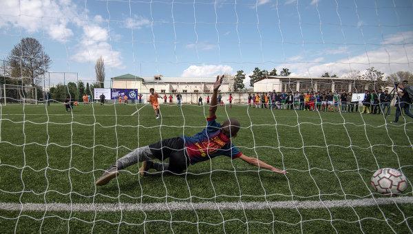Игровой момент матча турнира среди команд детских домов и школ-интернатов Будущее зависит от тебя в Таджикистане