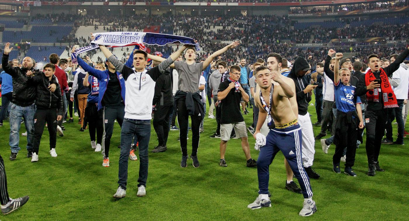 Болельщики на поле перед началом матча Лион - Бешикташ