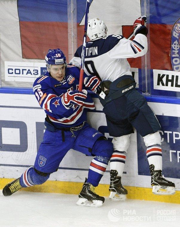 Нападающий СКА Сергей Плотников (слева) и защитник Металлурга Виктор Антипин
