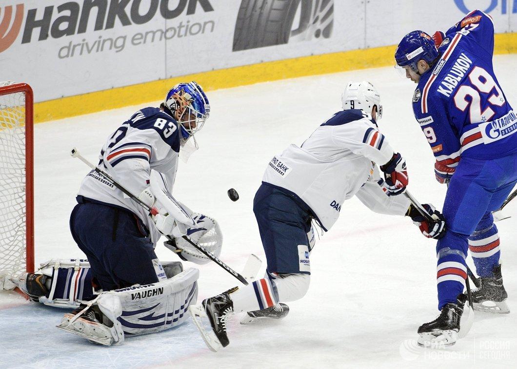 Вратарь Металлурга Василий Кошечкин (слева)