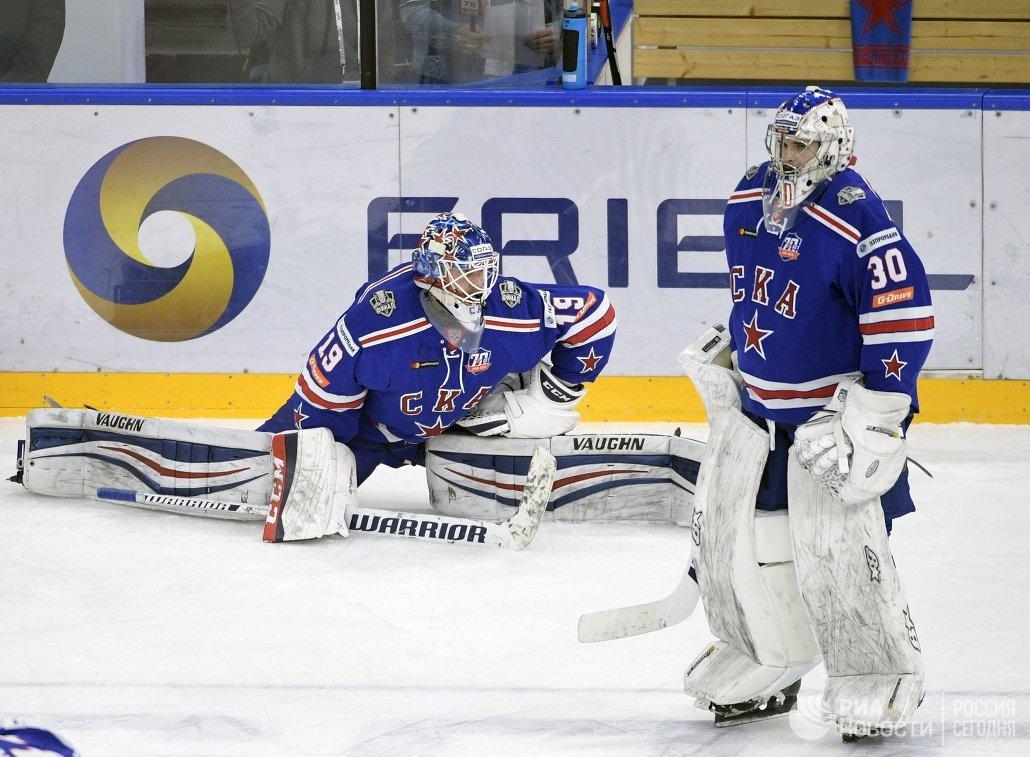 Вратари СКА Микко Коскинен (слева) и Игорь Шестёркин