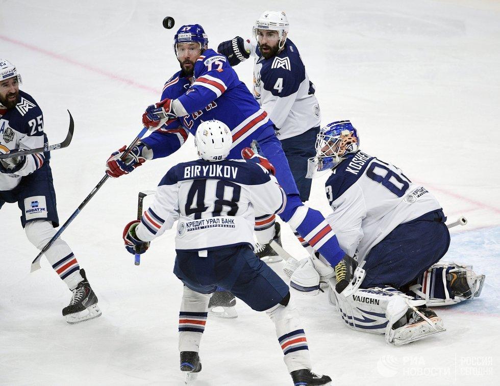Нападающий СКА Илья Ковальчук (в центре)