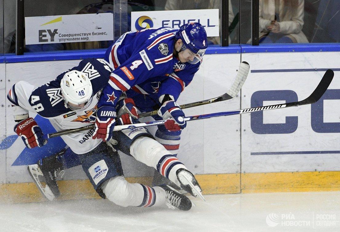 Защитник Металлурга Евгений Бирюков (слева) и нападающий СКА Ярно Коскиранта