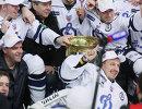 Игроки Динамо с Кубком Гагарина