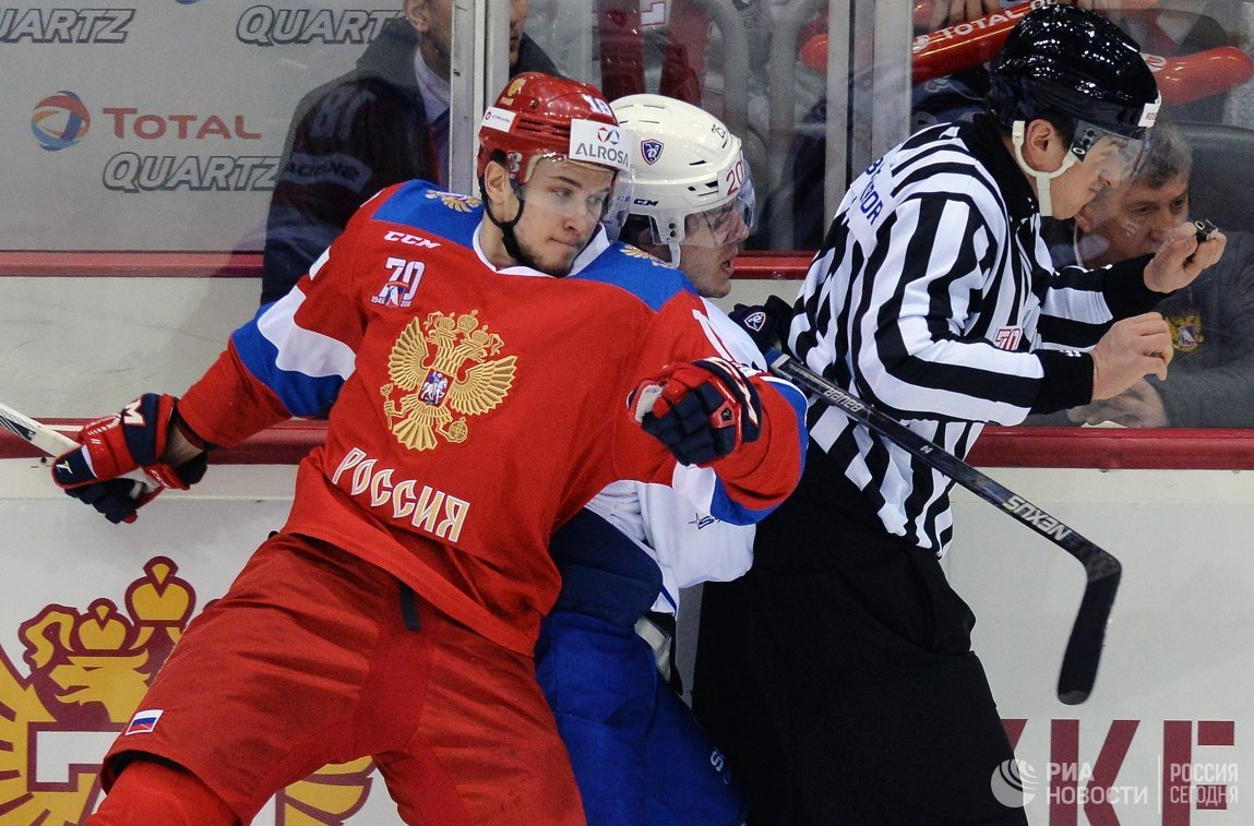 Нападающий сборной России Максим Мамин (слева) и форвард сборной Франции Николя Ритц (в центре)