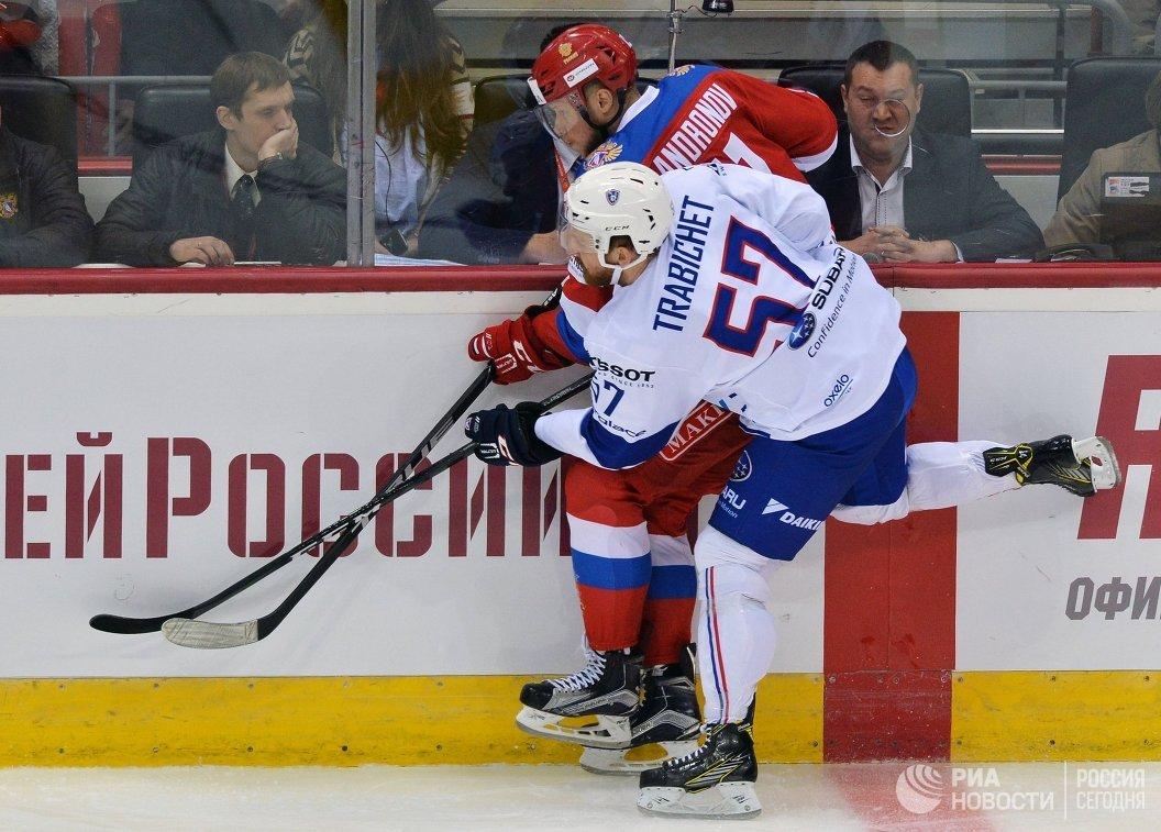 Защитник сборной Франции Тедди Трабише (на первом плане) и нападающий сборной России Сергей Андронов