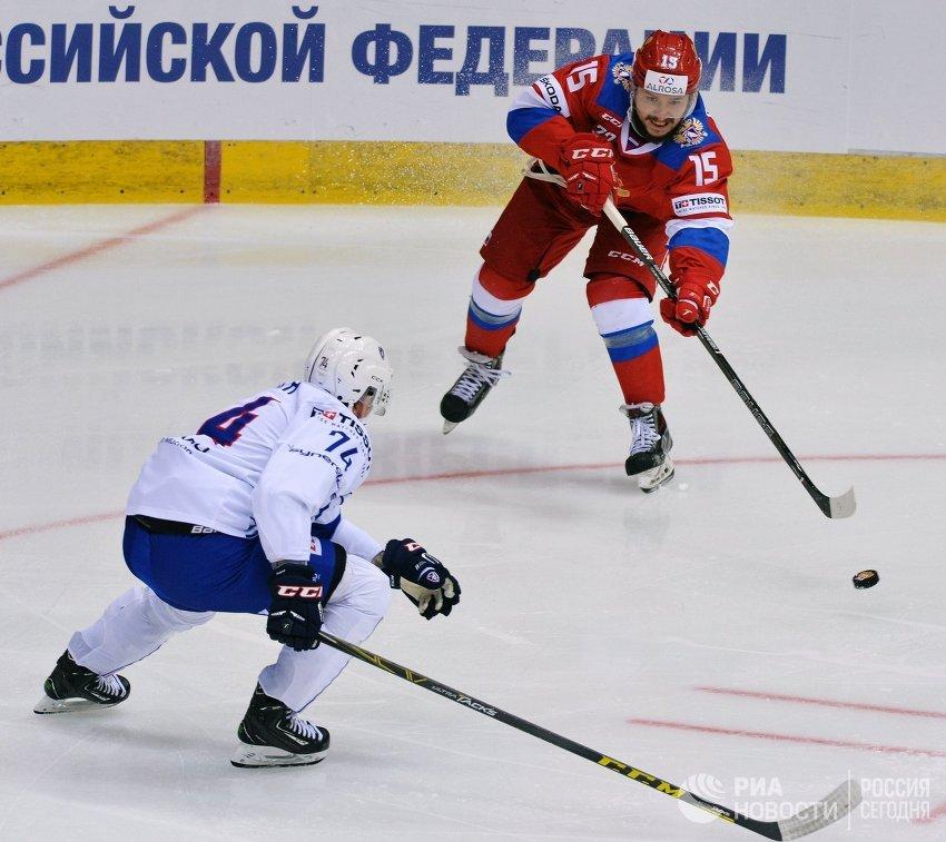 Нападающий сборной России Анатолий Голышев (справа) и защитник сборной Франции Николя Беш
