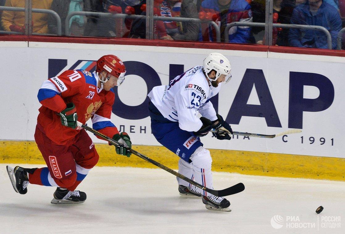 Нападающие сборной России Владимир Ткачев (слева) и сборной Франции Морин Буве