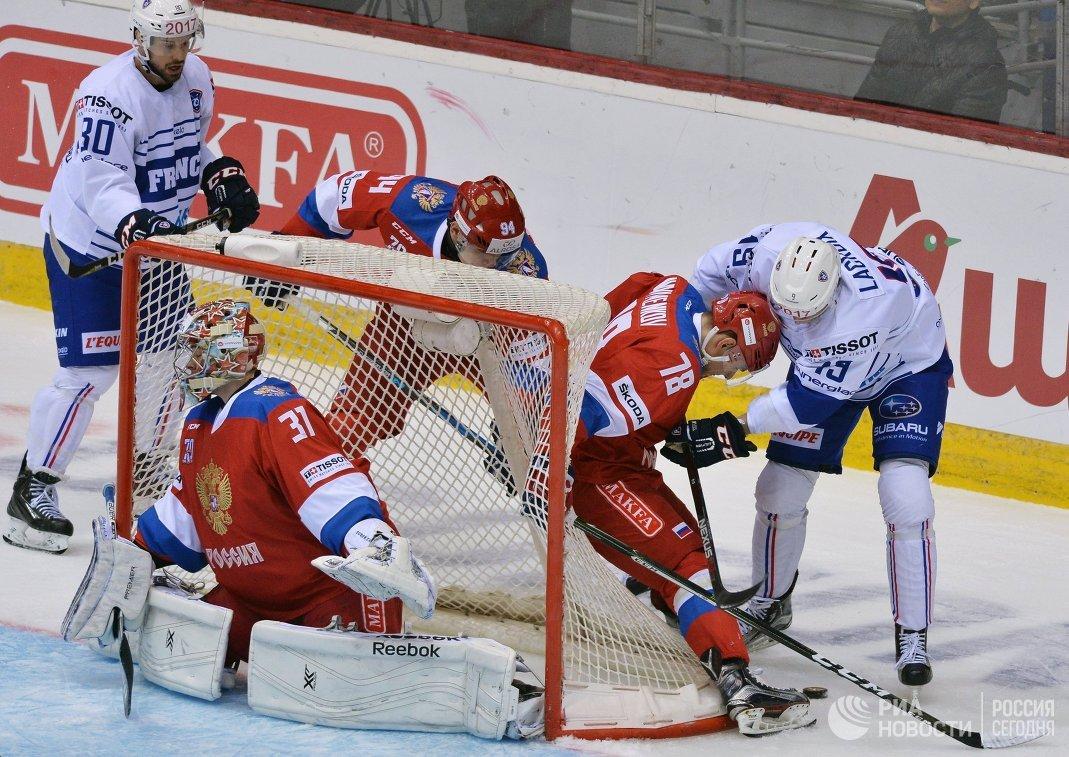Хоккеисты сборной России вратарь Илья Сорокин (в центре), защитник Михаил Науменков (второй справа) и нападающий сборной Франции Максим Лакруа (справа)