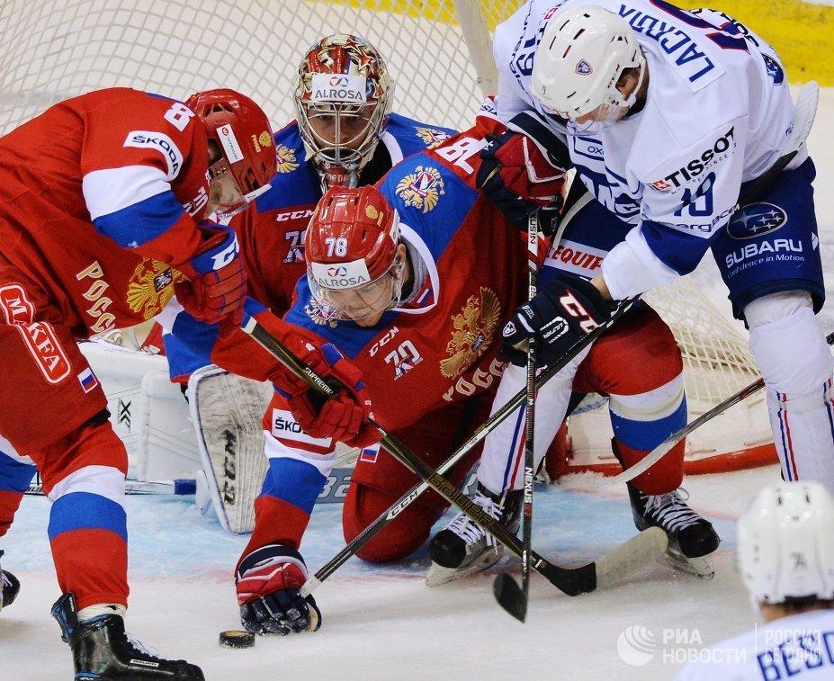 Защитник сборной России Михаил Науменков (в центре) и нападающий сборной Франции Максим Лакруа (справа)