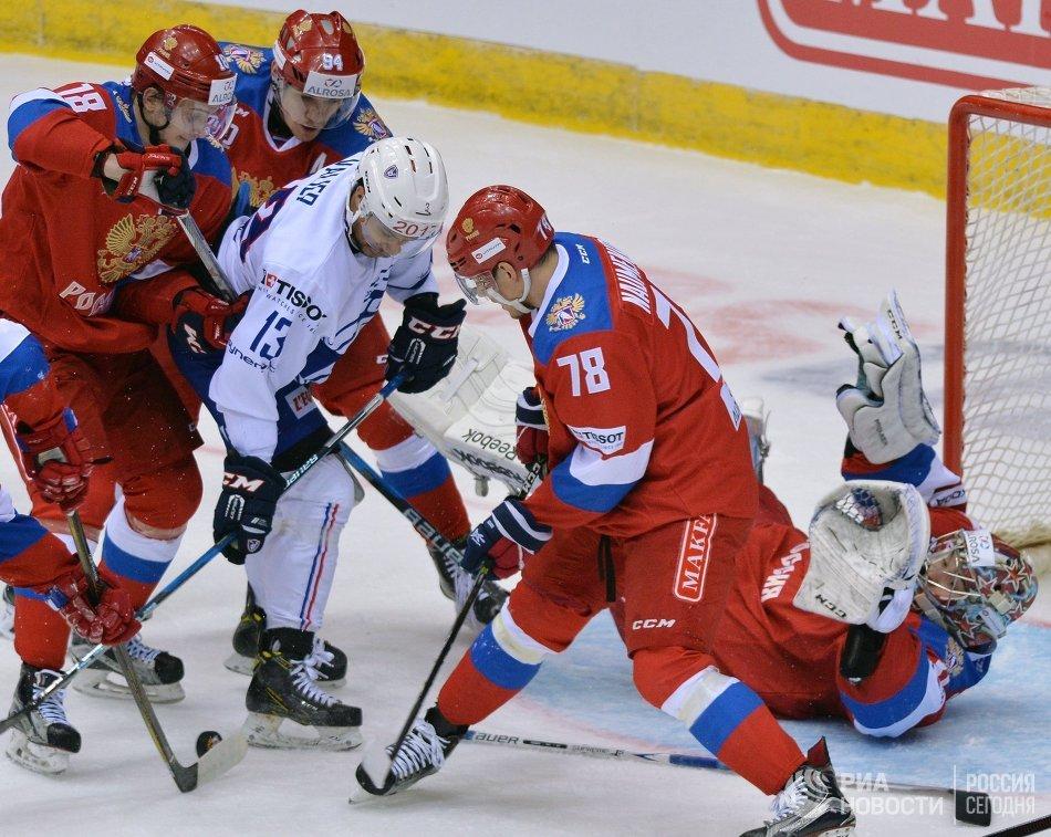 Нападающий сборной Франции Петер Валье (в центре) и защитник сборной России Михаил Науменков (на первом плане)