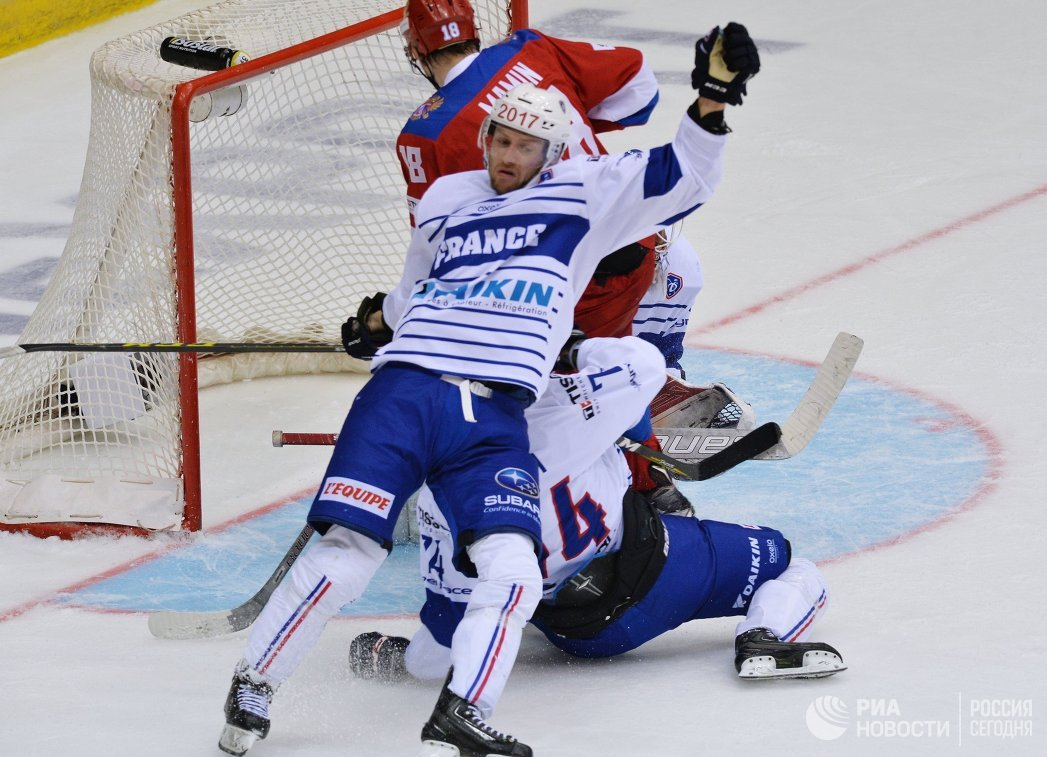 Защитник сборной Франции Оливье Дам-Малька (на первом плане) и форвард сборной России Максим Мамин
