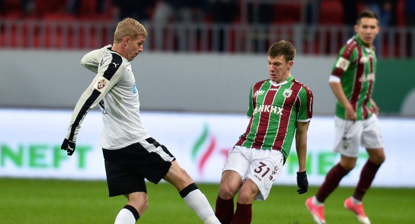 Полузащитники ФК Краснодар Юрий Газинский (слева) и ФК Рубин Денис Ткачук