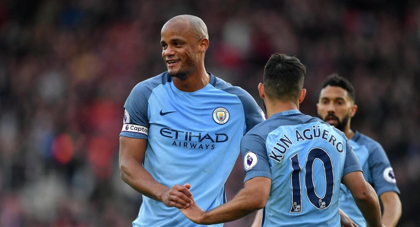 Защитник английского Манчестер Сити Венсан Компани (слева)